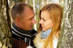 Beaux couples dans l'amour dans la forêt Image libre de droits