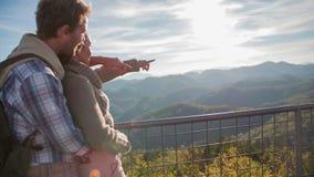 Beaux couples dans l'amour dans le beau paysage banque de vidéos