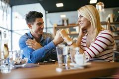Beaux couples dans l'amour flirtant en café Image libre de droits