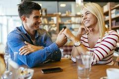 Beaux couples dans l'amour flirtant en café Photographie stock libre de droits