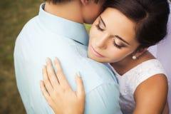 Beaux couples dans l'amour Jour du mariage Robe de mariage Tiffany bl Images libres de droits