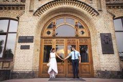 Beaux couples dans l'amour Jour du mariage Robe de mariage Tiffany bl Image stock