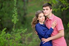 Beaux couples dans l'amour l'été Photographie stock