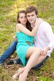 Beaux couples dans l'amour l'été Photos libres de droits