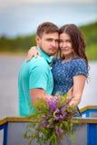 Beaux couples dans l'amour sur le fond de ciel de coucher du soleil Photos libres de droits