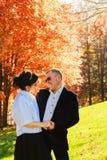 Beaux couples dans l'amour sur une promenade dans la forêt d'automne Images libres de droits