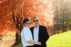 Beaux couples dans l'amour sur une promenade dans la forêt d'automne Photo libre de droits