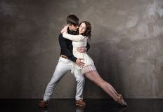 Beaux couples dans la danse de salle de bal active Photos stock