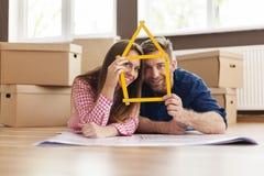 Beaux couples dans la nouvelle maison image libre de droits