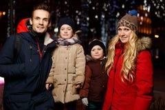Beaux couples dans la nuit de Noël Images libres de droits