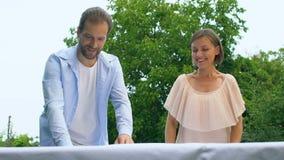 Beaux couples dans la table d'arrangement d'amour, préparation pour des traditions de dîner de famille clips vidéos
