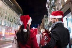 Beaux couples dans la ville Image stock