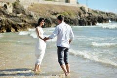 Beaux couples dans un jour d'été sur la plage de Sperlonga, Italie Photographie stock