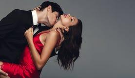 Beaux couples dans un moment sensuel images libres de droits