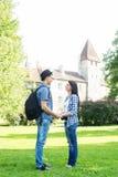 Beaux couples de déplacement tenant des mains en parc d'été Image libre de droits