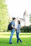 Beaux couples de déplacement tenant des mains en parc d'été Images libres de droits