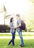 Beaux couples de déplacement tenant des mains en parc d'été avec le med Images libres de droits
