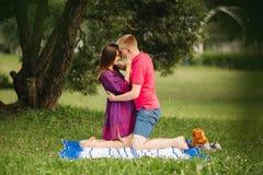 Beaux couples de femme enceinte et d'homme dans l'amour Photo libre de droits