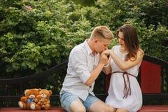 Beaux couples de femme enceinte et d'homme dans l'amour Photo stock