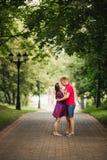 Beaux couples de femme enceinte et d'homme dans l'amour Images stock