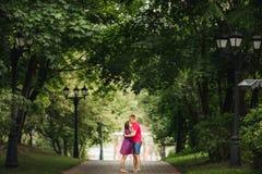 Beaux couples de femme enceinte et d'homme dans l'amour Images libres de droits
