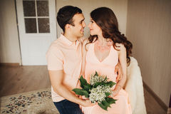 Beaux couples de femme enceinte et d'homme dans l'amour Image stock