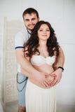 Beaux couples de femme enceinte et d'homme dans l'amour Photographie stock