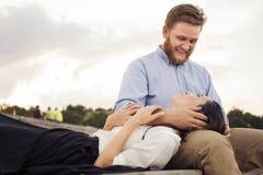 Beaux couples de hippie dans l'amour une date dehors dans le havi de parc Photo stock