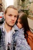 beaux couples de hippie voyageant dans la rue d'un vieil Europ Image libre de droits