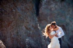 Beaux couples de mariage étreignant doucement Beau paysage de montagne sur le fond Photo libre de droits