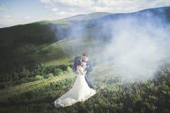Beaux couples de mariage, jeunes mariés, dans l'amour sur le fond des montagnes Images libres de droits
