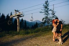 Beaux couples de photo dans les montagnes Photos libres de droits