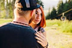 Beaux couples de photo dans les montagnes Photos stock