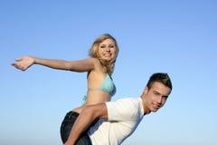 beaux couples de plage jouant des jeunes Photo libre de droits