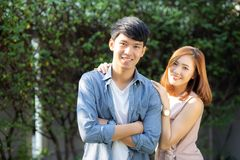 Beaux couples de portrait regardant chaque autres yeux et souriant avec l'homme asiatique heureux et jeune et la relation de femm image libre de droits