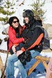 Beaux couples de sourire étreignant et souriant dans la montagne d'hiver Photo stock