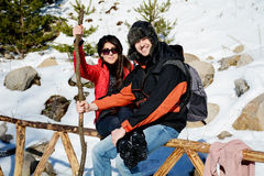 Beaux couples de sourire étreignant et souriant dans la montagne d'hiver Image libre de droits