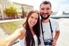 Beaux couples de sourire faisant le selfie le jour ensoleillé dans le recreati Photographie stock libre de droits