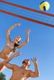Beaux couples de sourire jouant le volleyball Images libres de droits