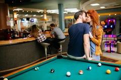Beaux couples embrassant dans la barre de billards Photo libre de droits