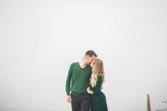 Beaux couples embrassant et étreignant sur un dock de mer Photo libre de droits