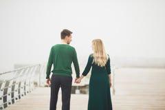 Beaux couples embrassant et étreignant sur un dock de mer Images libres de droits