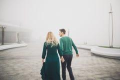 Beaux couples embrassant et étreignant sur un dock de mer Image stock