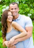 Beaux couples embrassant près de l'arbre fleuri Photos libres de droits