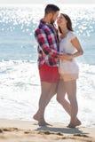 Beaux couples embrassant sur la plage Photographie stock