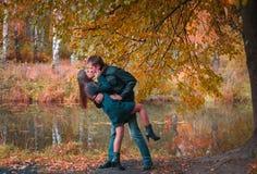 Beaux couples en parc image stock