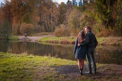 Beaux couples en parc images libres de droits
