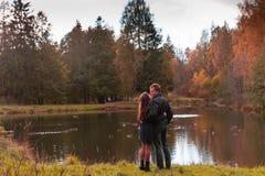 Beaux couples en parc photographie stock libre de droits