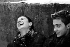 Beaux couples en saison de l'hiver Images libres de droits