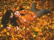 Beaux couples en stationnement d'automne Photos libres de droits